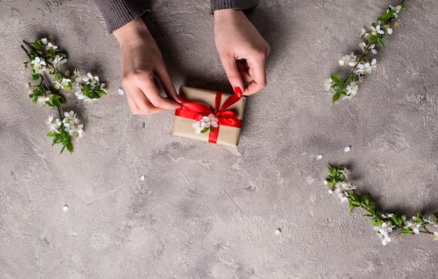 Mujer mano sostenga cajas de regalos.