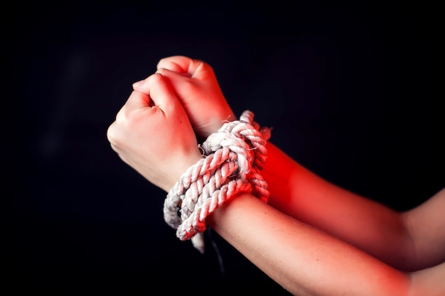 Mujer con las manos atadas. concepto de violencia de mujer
