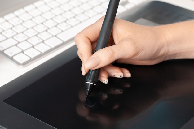 Mujer manos diseñador gráfico trabajando en tableta digital