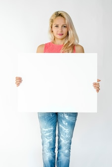 Mujer manos hold mostrar tablero de papel en blanco