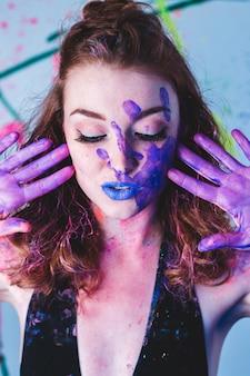 Mujer con manos pintadas