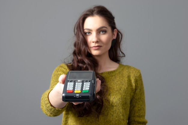 Mujer mantenga moderno terminal de pago bancario para procesar adquirir pagos con tarjeta de crédito, concepto de estilo de vida