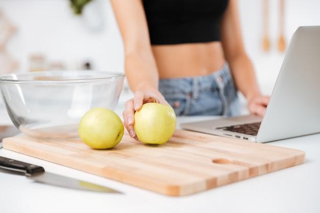 Mujer con manzana y laptop