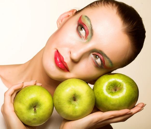 Mujer con una manzana