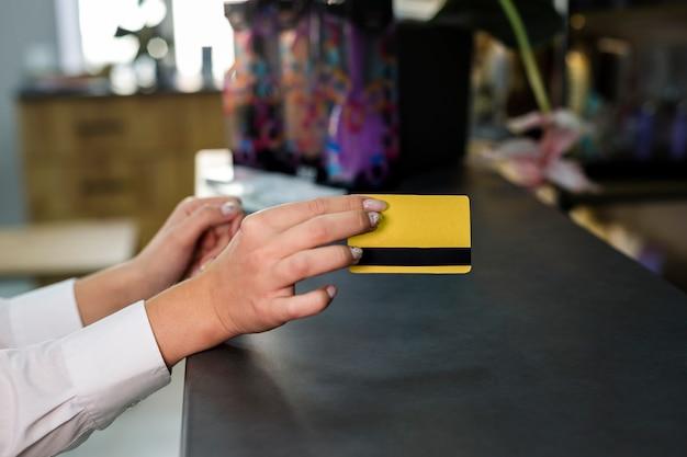 Mujer con maqueta de tarjeta de crédito