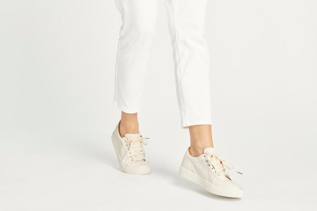 Mujer con maqueta de zapatillas blancas