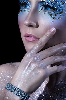 Mujer con maquillaje artístico