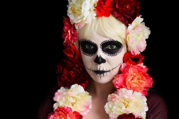 Mujer con maquillaje de calavera de azúcar y cabello rubio aislado. dia de los muertos. víspera de todos los santos.