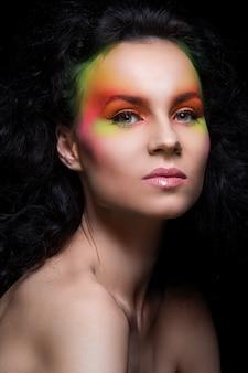 Mujer con maquillaje de color