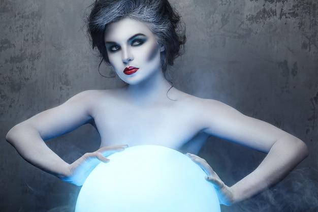 Mujer con maquillaje creativo y body-art