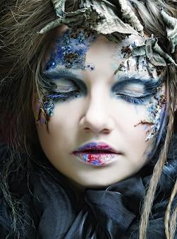 Mujer con maquillaje creativo. tema de halloween.