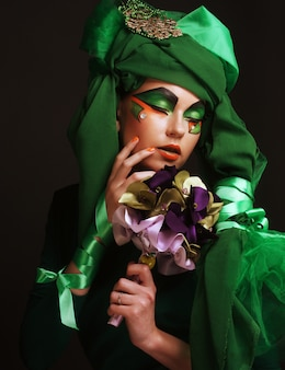 Mujer con maquillaje creativo