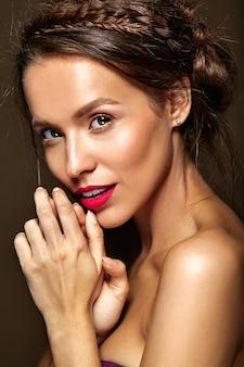 Mujer con maquillaje diario fresco y labios rojos