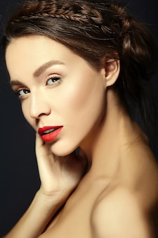 Mujer con maquillaje diario fresco y labios rosados