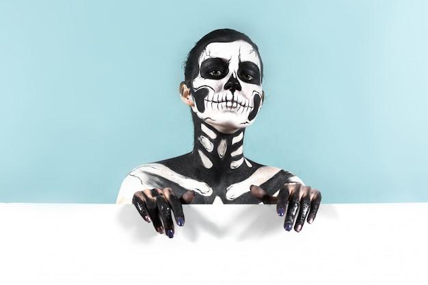 Mujer con maquillaje esqueleto sobre el espacio de copia