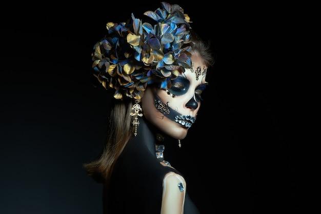 Mujer en maquillaje de esqueleto