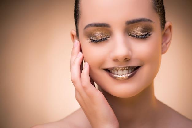 Mujer con maquillaje hermoso contra el fondo