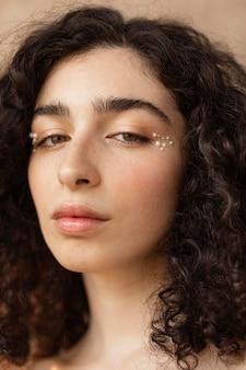 Mujer con maquillaje de perlas