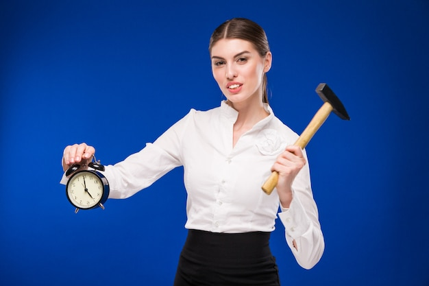 Mujer con martillo y despertador