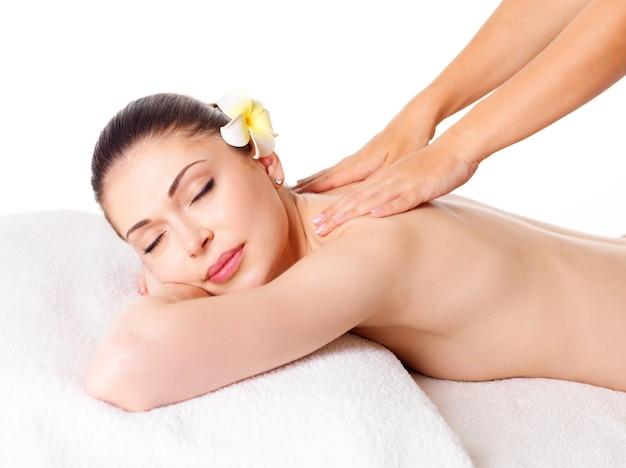 Mujer con masaje de cuerpo en el salón de spa. concepto de tratamiento de belleza.
