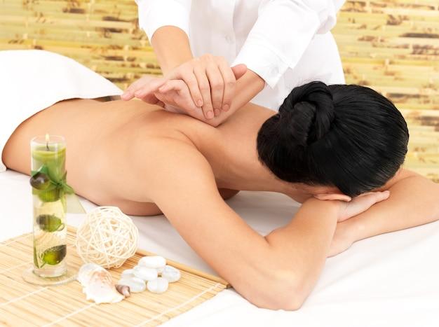 Mujer con masaje de terapia de espalda en el salón de spa. concepto de tratamiento de belleza.