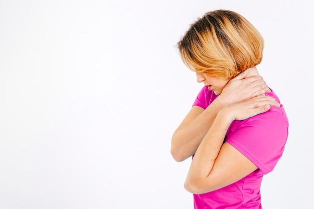 Mujer masajeando el cuello teniendo dolor