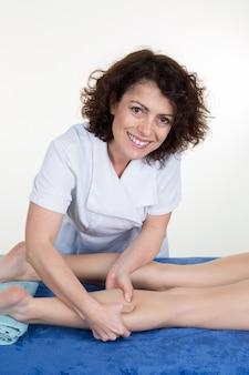 Mujer masajeando piernas