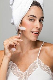 Mujer masajeando su rostro