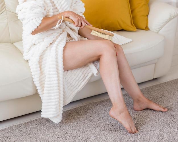 Mujer masajeando sus piernas spa en concepto de casa