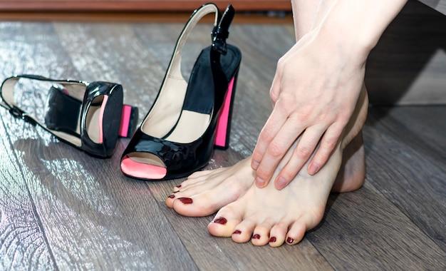Mujer masajeando sus pies cansados