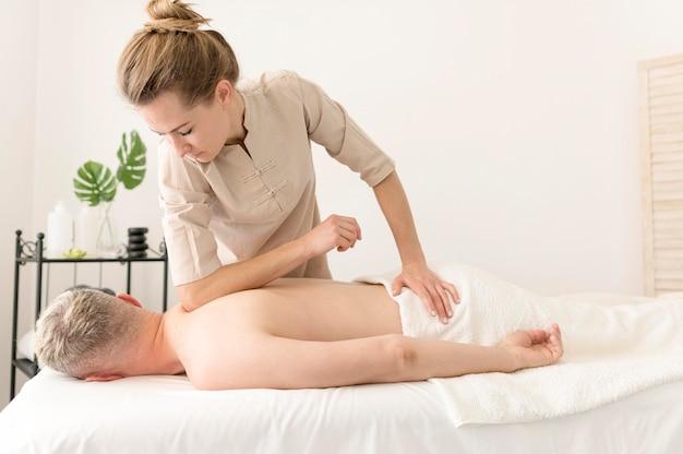 Mujer masajear hombre