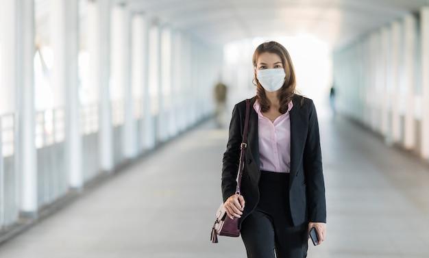Mujer con máscara al caminar.