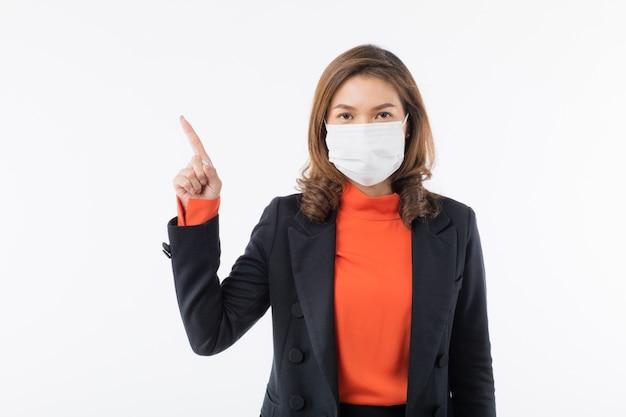Mujer con máscara apuntando con el dedo