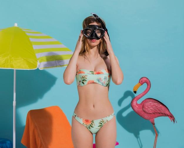 Mujer en máscara de buceo en la playa