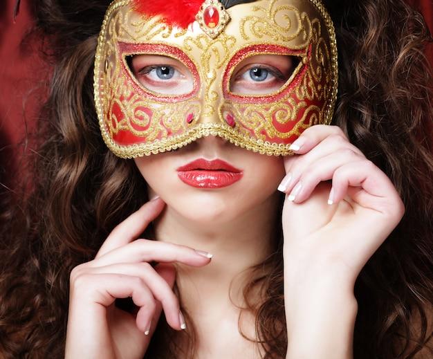 Mujer con máscara de carnaval de disfraces venecianos