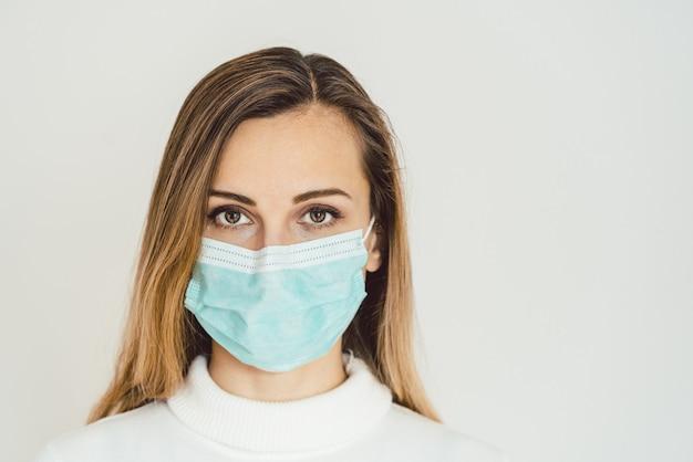 Mujer con máscara de corona protegiéndola de covid-19
