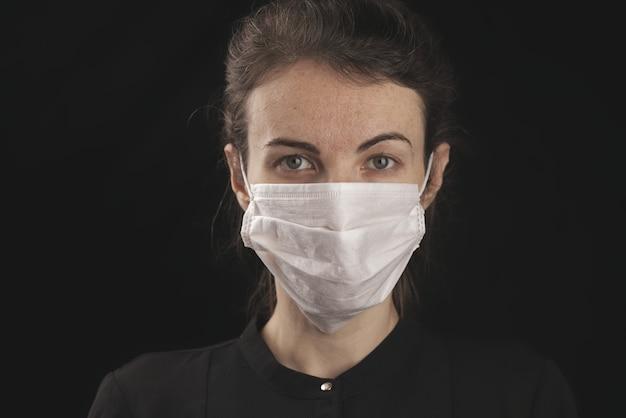 Una mujer con una máscara de coronavirus.