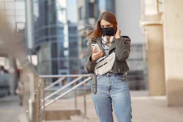 Mujer en una máscara se encuentra en la calle