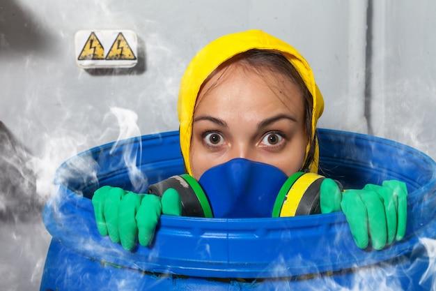 Mujer, en, máscara de gas