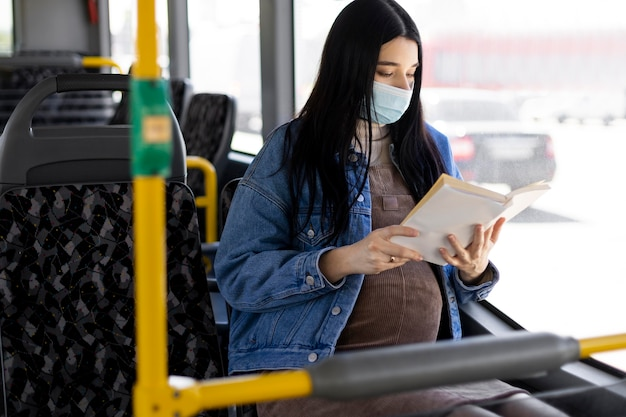 Mujer, con, máscara, lectura