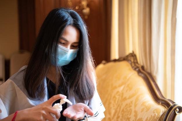 Mujer con máscara de protección contra la epidemia de gripe covid19