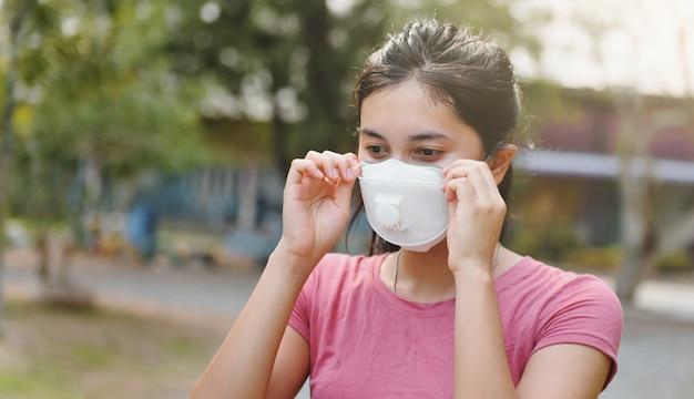 Mujer con máscara para proteger el virus corona covid19. concepto de salud