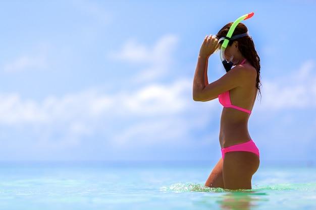Mujer con una máscara de snorkel en maldivas