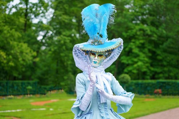 Mujer con una máscara veneciana y un hermoso vestido de carnaval