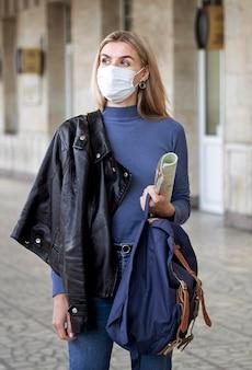 Mujer con máscara de viaje