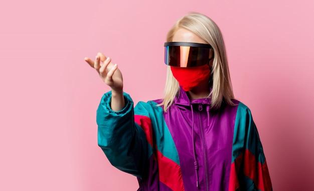 Mujer con mascarilla y gafas 3d en rosa