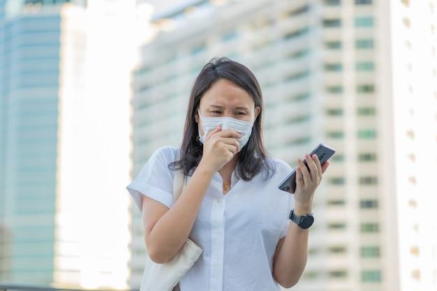 Mujer con mascarilla protege el filtro contra la contaminación del aire (pm2.5)