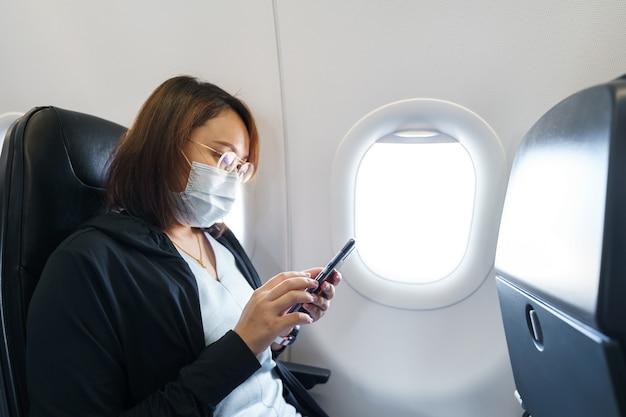 Mujer con mascarilla está viajando