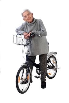 Mujer mayor aislada en el fondo blanco