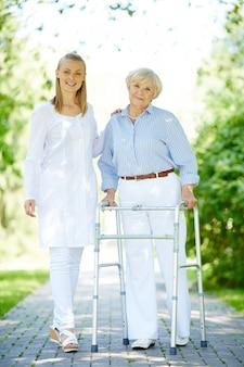 Mujer mayor con un andador